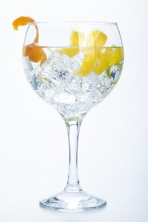 オレンジ レモンとライム ジントニック白地に分離