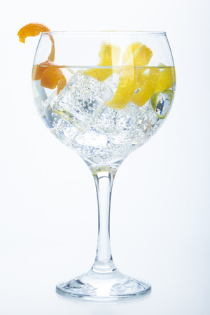citroen en limoen oranje gin-tonic geïsoleerd over witte achtergrond