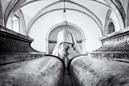 tumbas: Doliente. La escultura de una mujer llorando por una de las tumbas en el Pante�n Real en Lisboa, Portugal. Foto de archivo