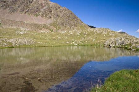 Lago Strino ist eine kleine italienische Alpensee in Val di Sole, Trentino. Foto mit Polarisator Filter