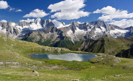 Strino-See ist ein wenig erstaunliche See in italienischen Alpen in Val di Sole, Trentino.  Es befindet sich am 2800 Meter Höhe in der Nähe Tonale Pass. Im Hintergrund der Presanella-Gletscher. Das Foto ist mit polarisiertem Filter aufgenommen.