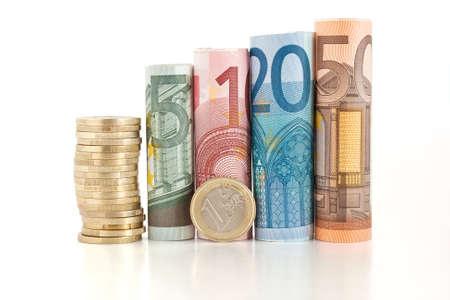 dinero euros: cuatro proyectos de ley laminados, cinco, diez, veinte y cincuenta euro, con la moneda de un euro aislado sobre fondo blanco