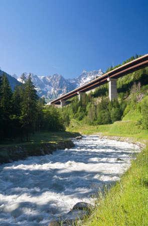 courmayeur: puente sobre r�o Dora Baltea cerca de Courmayeur, Valle de Aosta, Italia