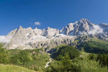 courmayeur: vista de verano de Grandes Jorasses monta�a cerca de Courmayeur, Italia