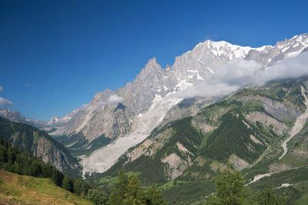 courmayeur: vista de verano del Valle de Veny y mont blanc desde Ferret Valle, Courmayeur, Italia  Foto de archivo