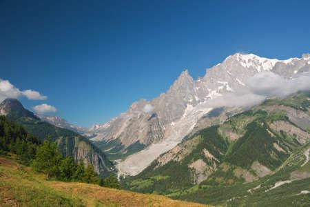 courmayeur: vista de verano de Ferret valle y mont blanc, Courmayeur, Italia. Foto tomada con filtro polarizado
