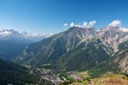 courmayeur: Vista a�rea de Courmayeur, famoso peque�a ciudad en el valle de Aosta