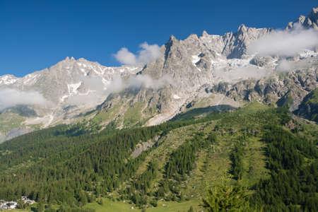 courmayeur: vista de verano del Valle de Ferret y mont blanc, Courmayeur, Italia.  Foto de archivo