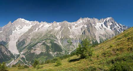 courmayeur: vista panor�mica del macizo del Mont Blanc, Courmayeur, Italia