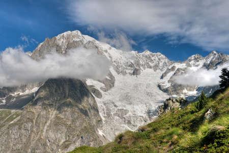 courmayeur: vista de verano del Mont Blanc, Courmayeur, Italia. Foto de archivo