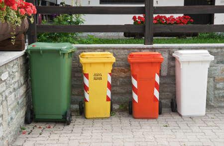 separacion de basura: Contenedores de basura para la separaci�n de basura