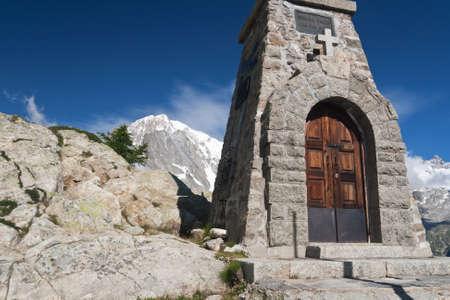 courmayeur: peque�a capilla en Mont Chetif, Courmayeur, Italia Foto de archivo