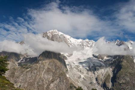 courmayeur: vista de verano macizo del Mont Blanc, Courmayeur, Italia.