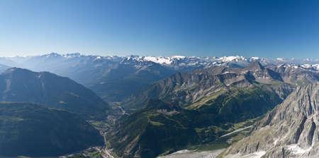 courmayeur: vista panor�mica de Courmayeur y Valle de Aosta, Italia