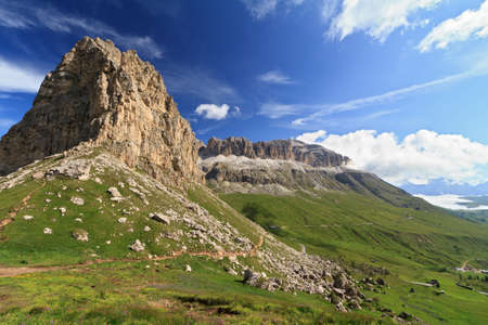 Vue d'été de Dolimites avec Sella montagne sur Pordoi transmettre