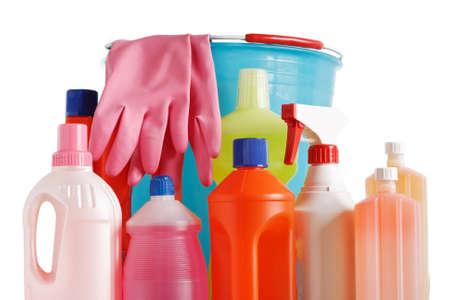 d�sinfectant: bouteilles de d�tergent avec seau et des gants sur fond blanc