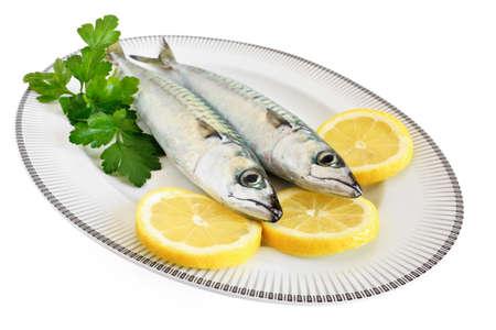 sardinas: plato con la caballa y el limón aislados con trazado de recorte