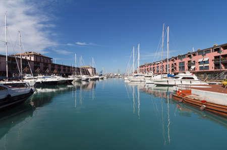 porto turistico a Genova, Italia in una bella giornata di sole Archivio Fotografico - 12056000