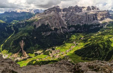 hoge Badia-vallei, -Colfosco dorps luchtfoto van Mt Sassongher, Alto Adige, Italië