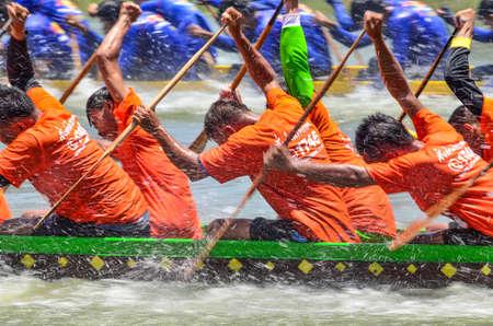 bateau de course: Samutsakorn,Thailand-16 August 2015 : Unidentified crew in the annual long boat race of Samut Sakhon province on August 16,2015 in Samutsakorn Thailand.