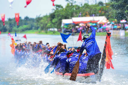 Samutsakorn,Thailand-17 August 2014 : Unidentified crew in the annual long boat race of Samut Sakhon province on August 17,2014 in Samutsakorn Thailand. Sajtókép