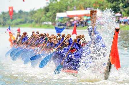 Samut Sakhon, Thailand - August 2014: Team Unknown In der königlichen Trophäe der Regatta des langen Rennens. Provinz Samut Sakhon am 17. August 2014 in Samut Sakhon
