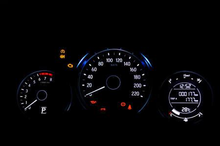 Les voyants d'avertissement du tableau de bord numérique de la voiture allumés montrent tous les signes lors de la vérification du système au démarrage du moteur. Banque d'images
