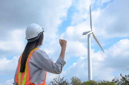 Female engineer succeeds at wind turbine power station 版權商用圖片