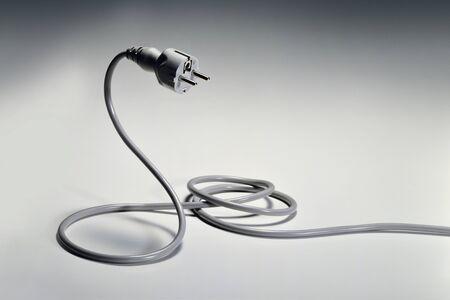 serpiente cobra: schuko enchufe eléctrico como una serpiente
