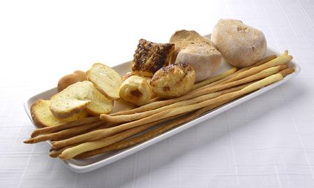 gressins: Plaque avec assortiment de pain Crostini et Breadsticks