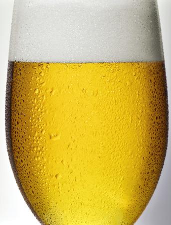 condensacion: Detalle, vaso de cerveza con gotas de condensación Foto de archivo
