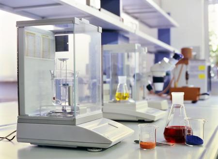 Hulpmiddelen en reageerbuizen in chemisch laboratorium Stockfoto