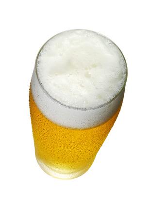 Glas bier met schuim en druppels Bovenaanzicht