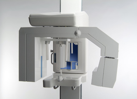 Detail Dental Panoramisch Röntgenfoto apparatuur geïsoleerd op wit Stockfoto