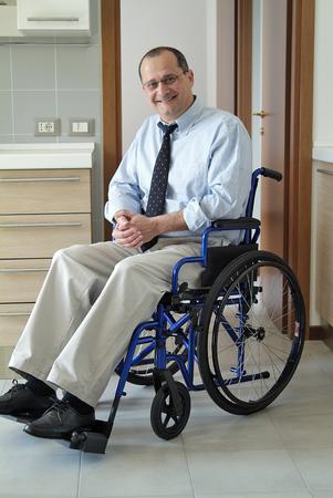L'homme dans un fauteuil roulant à la maison Banque d'images - 48210094