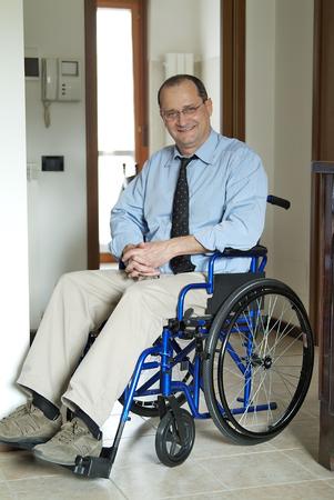 L'homme dans un fauteuil roulant à la maison Banque d'images - 48210095