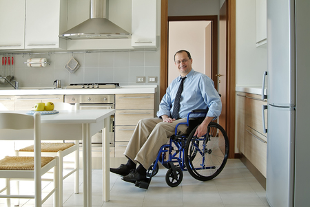 paraplegic: El hombre en una silla de ruedas en el hogar Foto de archivo