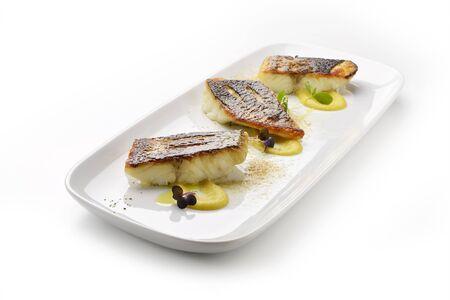 plato de pescado: plato de filete de lubina en salsa de foie gras y el caqui en polvo