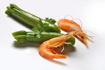 camaron: camarones calabacín y el perejil en el plano blanco Foto de archivo