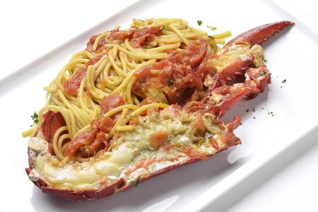 Pastagerecht Spaghetti met kreeft en semi gedroogde tomaten Stockfoto