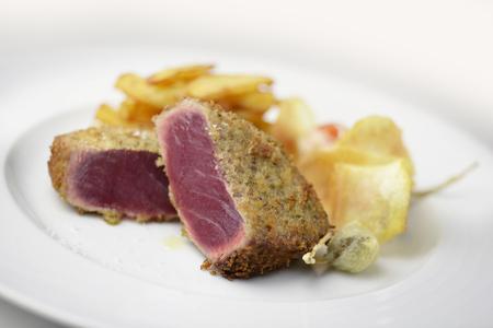 atun rojo: las porciones plato alcaparras empanado de at�n de aleta azul escalope de pescado y patatas Foto de archivo