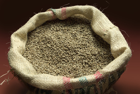 sacco juta: chicchi di caffè non-arrostiti nel sacco di iuta vista dall'alto