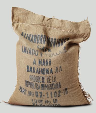 jute sack: Sacco di iuta pieno di etichetta del caffè Repubblica Dominicana su bianco