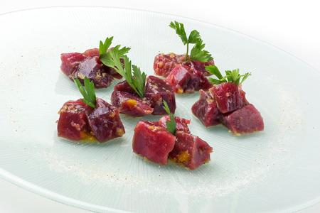 atun rojo: Trozos plato de pescado de atún rojo en salsa cruda y el perejil ravigote Foto de archivo