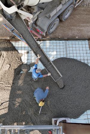 Bouwplaatsbeton gieten op Versterkende balk van industriële vloer bovenaanzicht