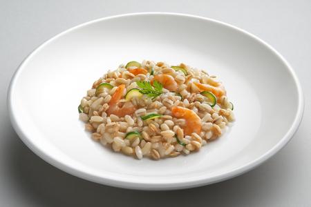 Schotel van Rijst gespelde barleyl met garnalen en courgette