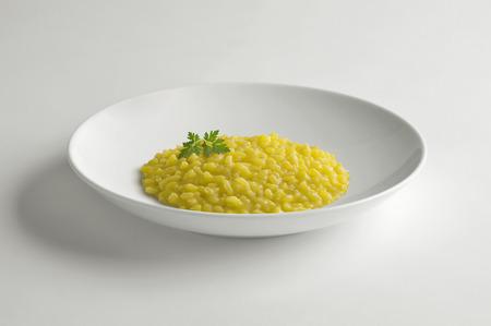 화이트 테이블에 고립 된 사프란 리소 토와 그릇