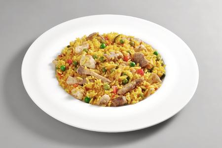 灰色の背景に分離された肉のパエリアの部分、皿します。 写真素材 - 82079498
