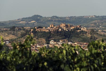 Het dorp van Toscanië van Certaldo hoog bij zonsondergang in de zomer