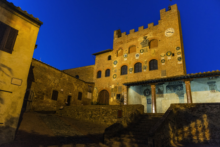 friso: Toscana Certaldo Pretorio palacio al atardecer Editorial